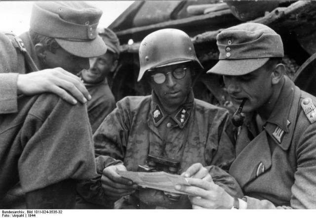 SS-Untersturmfuhrer-изучает-карту-во-время-битвы-за-Курск.jpg